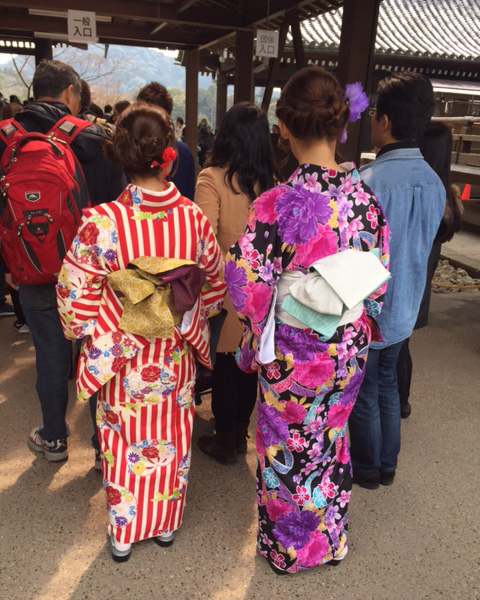 Dos japonesas con el kimono tradicional