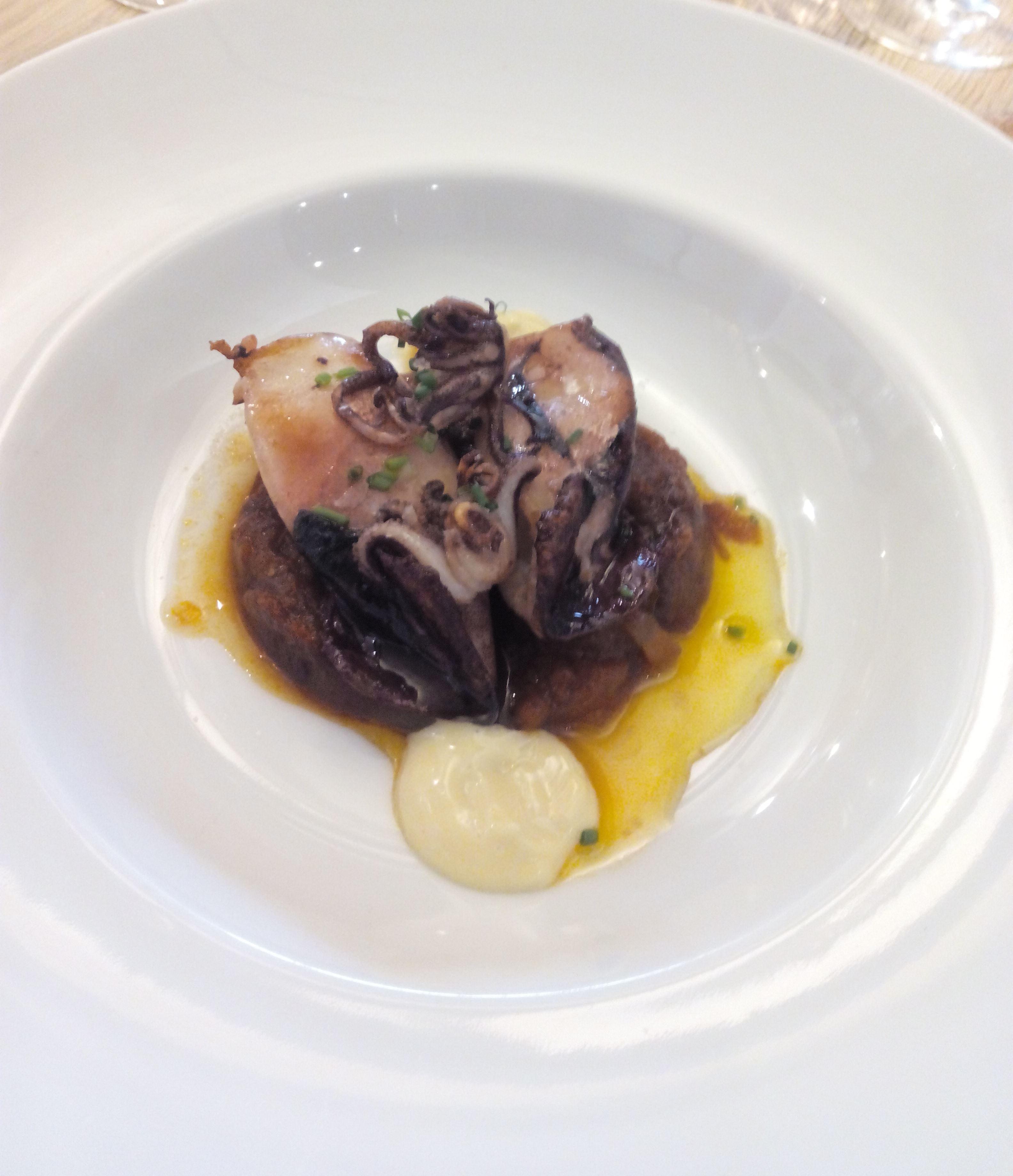 Restaurante en Sant Sadurní d´Anoia Calamarcitos, concentrado de cebolla y tomate y alioli de ajo escalivado