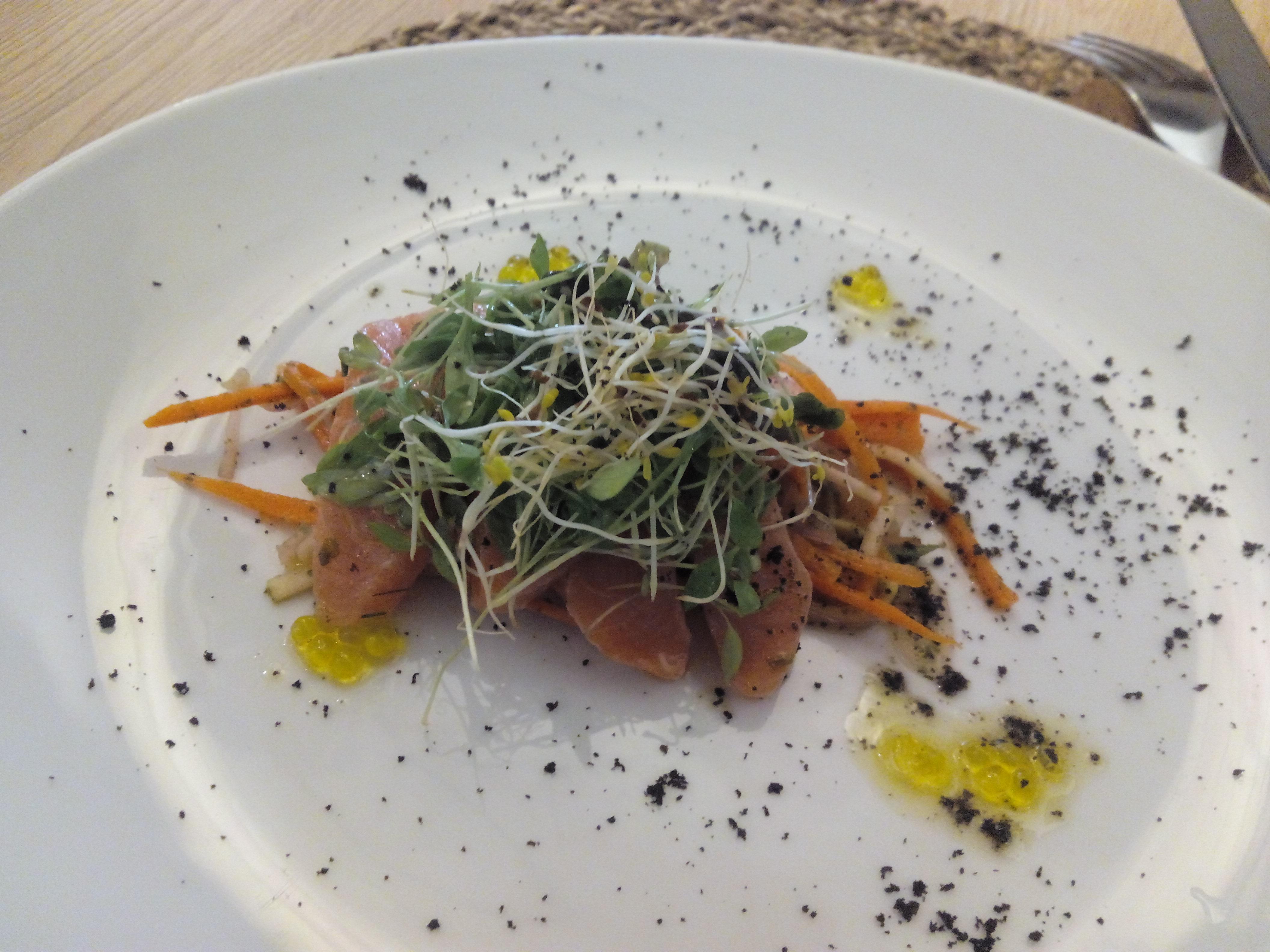 Cal Blay Ensalada de salmón marinado en casa con verduras y vinagreta de cítricos