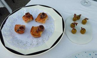 Aperitivo : rebanaditas de pan tostado con tomate y anchoas de l'Escala y aceitunas rellenas de anchoas