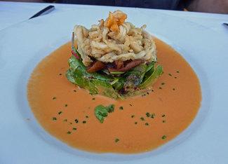 """Ensalada de """"espardenyes"""" cortadas en tiras, fritas con setas confitadas y vinagreta de tomate."""