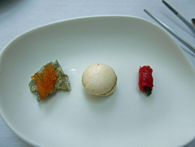 Restaurante en Santander Perlas de chorizo sobre un crujiente de bacalao, macarron de alga codium, Tomate pasificadojiente de bacalao