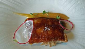 Cochinillo confitado y manzana en tres texturas