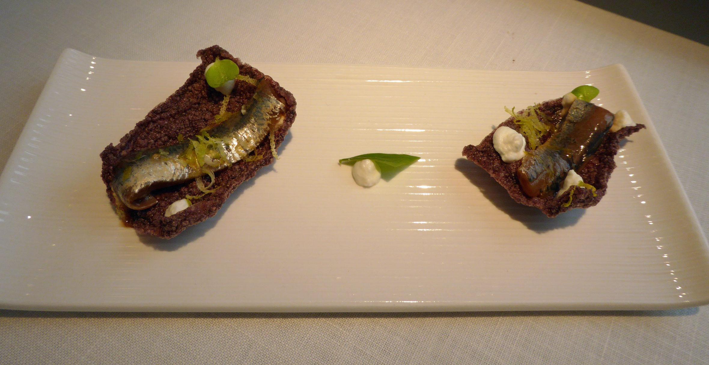 Cenador de Amós Crujiente de arroz venere con bocarte marinado