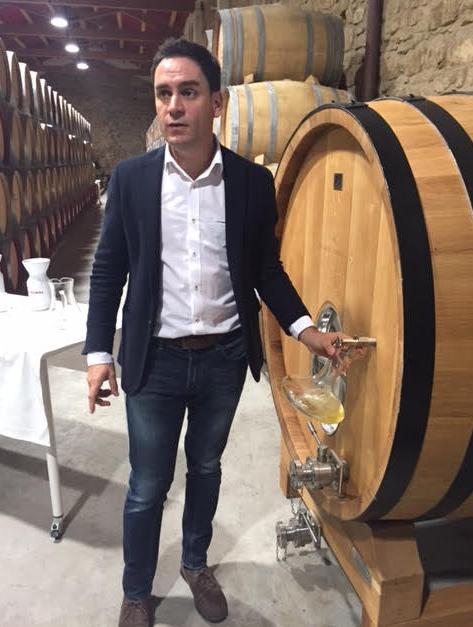Alejandro López con las muestras de vino blanco de barrica