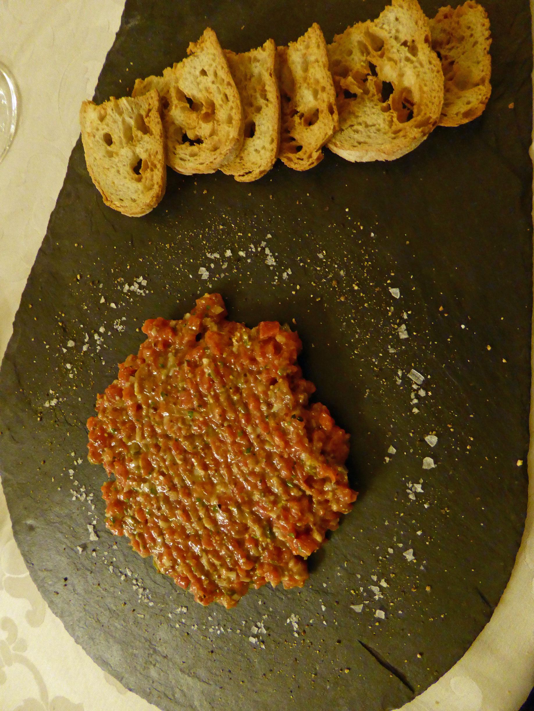 Cau Faluga en Manlleu Steak tartar de filete de ternera de la Moreta al Calvados, acompañado de un buen pan tostado