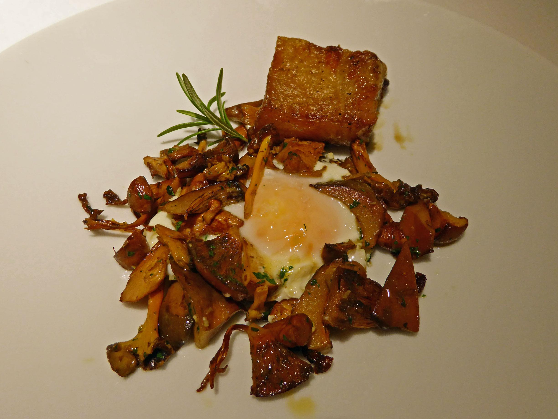 Restaurante en Calldetenes Salteado de setas con huevo frito de nuestro corral y panceta.