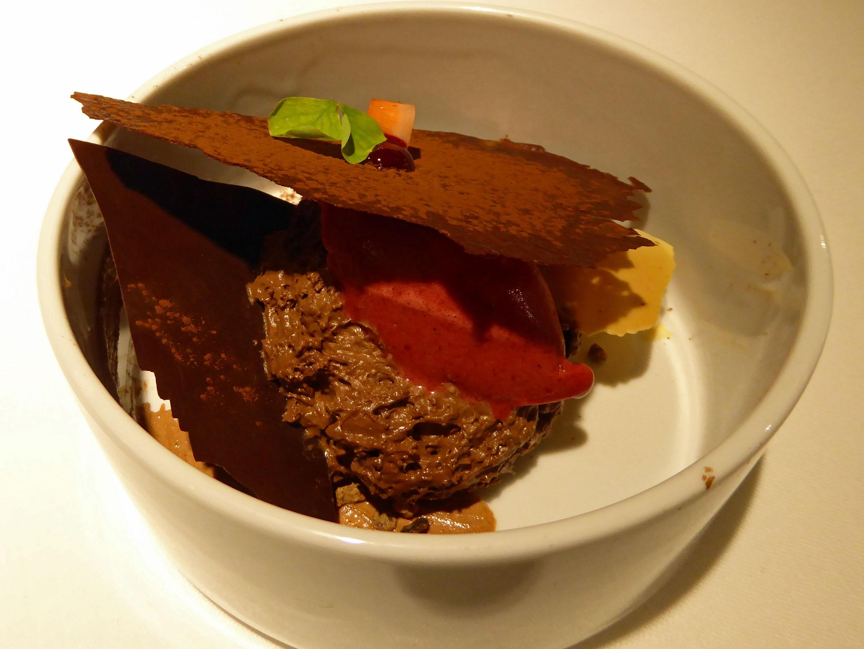 Restaurante Can Jubany Diferentes texturas de chocolate con sorbete de frutos rojos