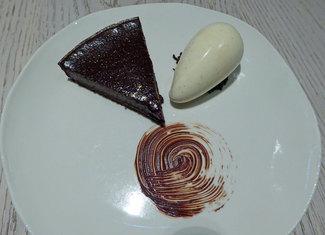 Postre : Pastel de chocolate con helado de vainilla