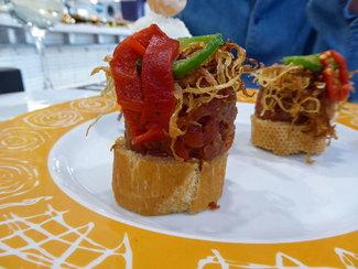 Detalle hamburguesa de tomate con bacalao macerado