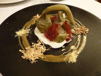 Alcachofas a la parrilla con jamón, crema de jamón y praliné salado de almendras (media ración)