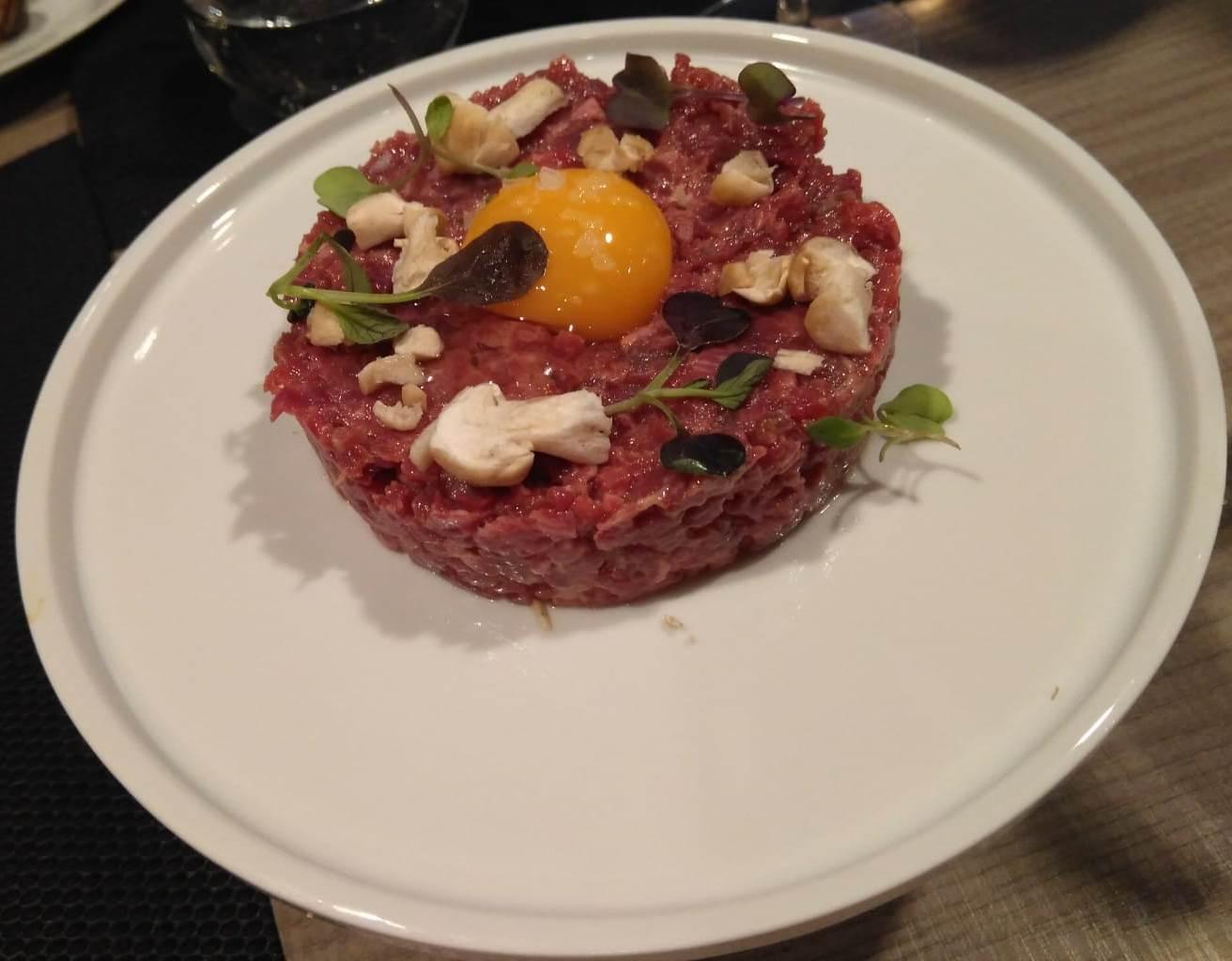 Restaurante en Les Preses Steak tartar.