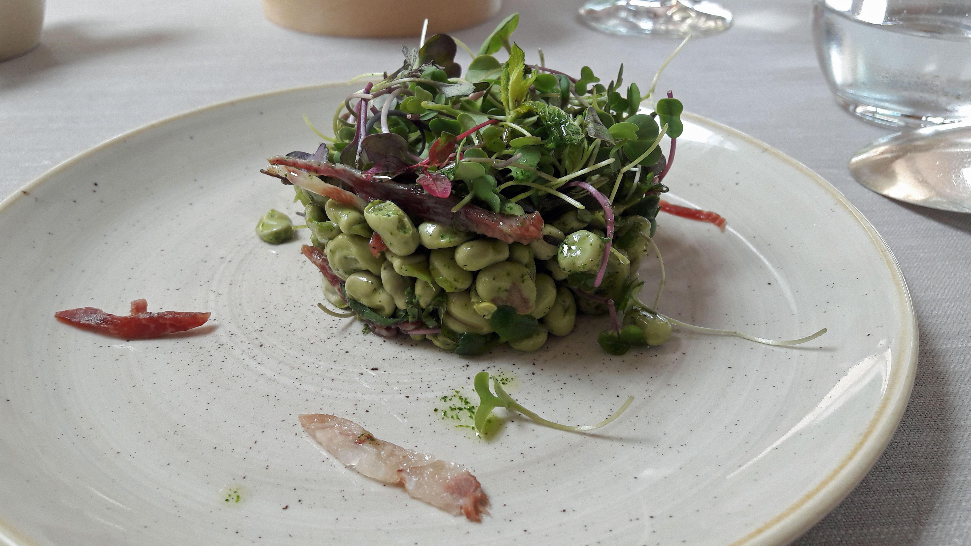 """Restaurante El Motel Habas, con ensalada, jamón ibérico, pie de cerdo, menta """"Josep Mercader"""""""