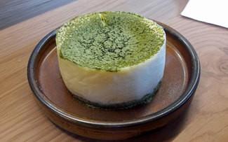 Tarta de queso a la brasa con té matcha