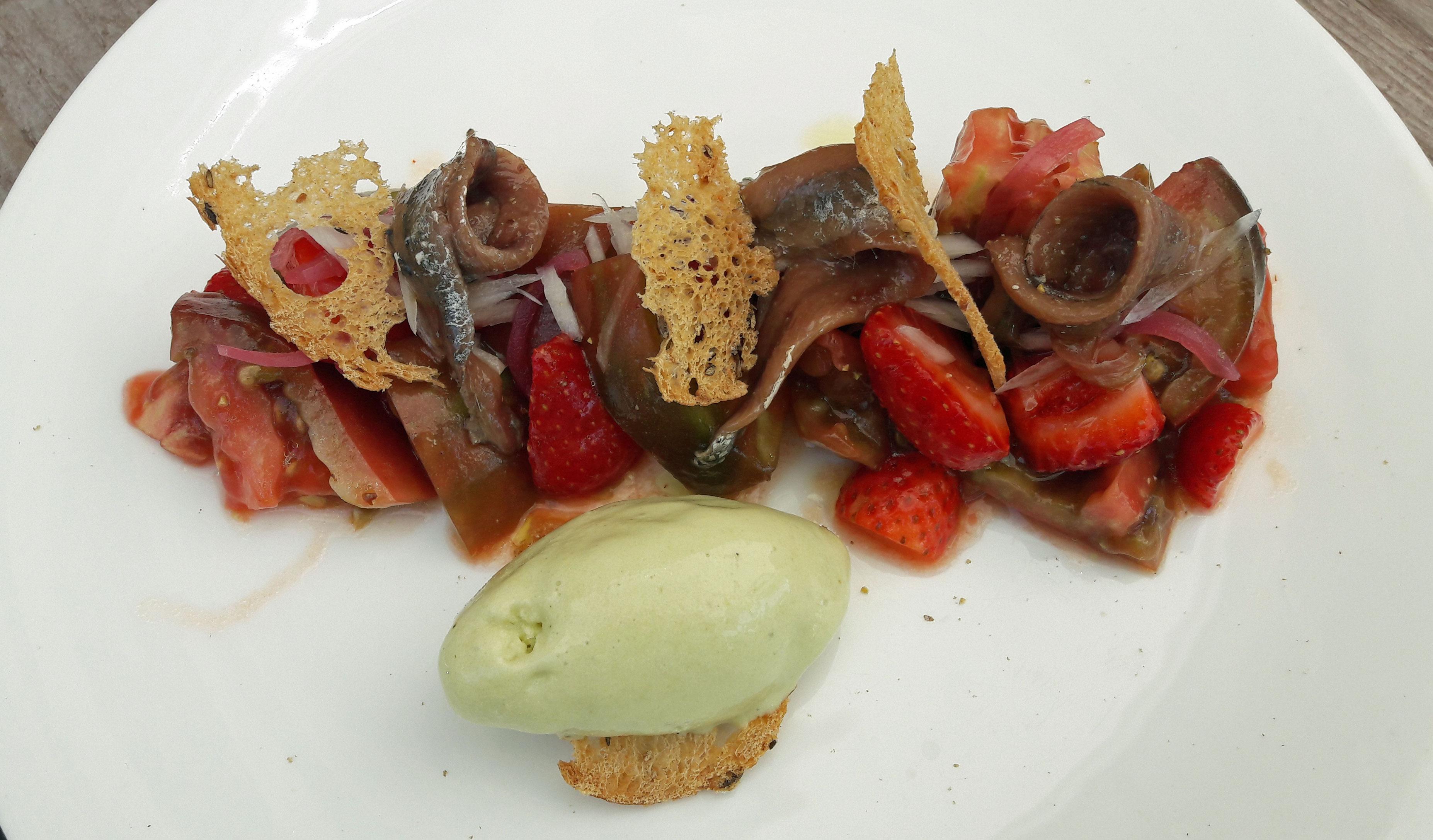 Restaurante en Barcelona Tomate con anchoas del Cantábrico, fresas y helado de queso fresco