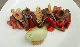 Tomate con anchoas del Cantábrico, fresas y helado de queso fresco