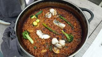 Arroz del señorito con pescado de lonja, verduras, calamares y berberechos
