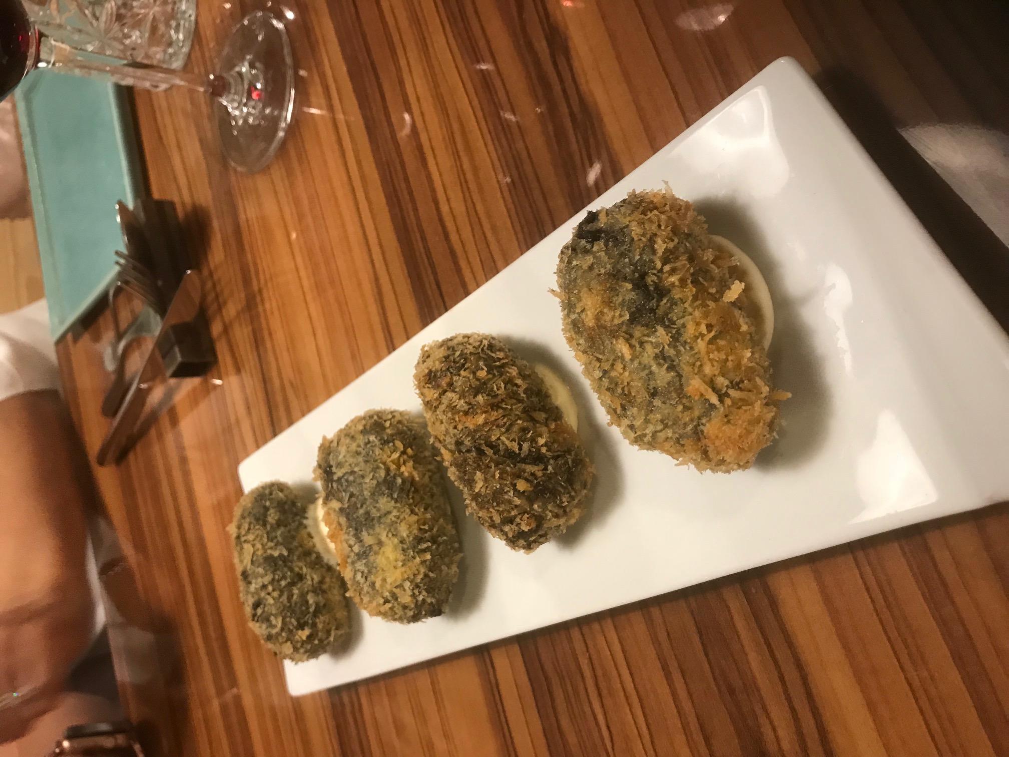 AQ restaurant en Tarragona Croquetas de calamares en su tinta.