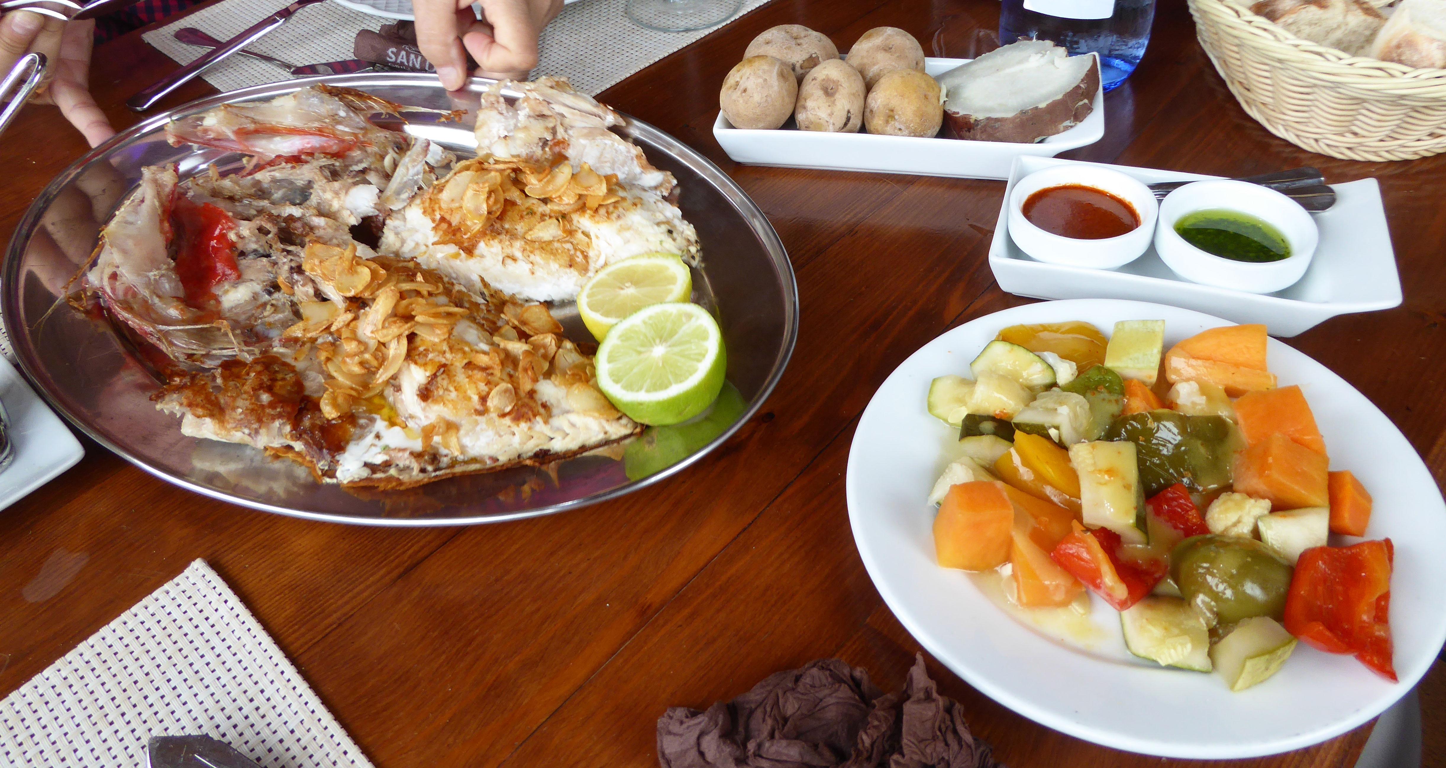 Restaurante en La Orotava Alfonsiño a la brasa con ajos fritos acompañado de verduras y hortalizas, papas arrugadas, batata, mojo rojo y mojo verde