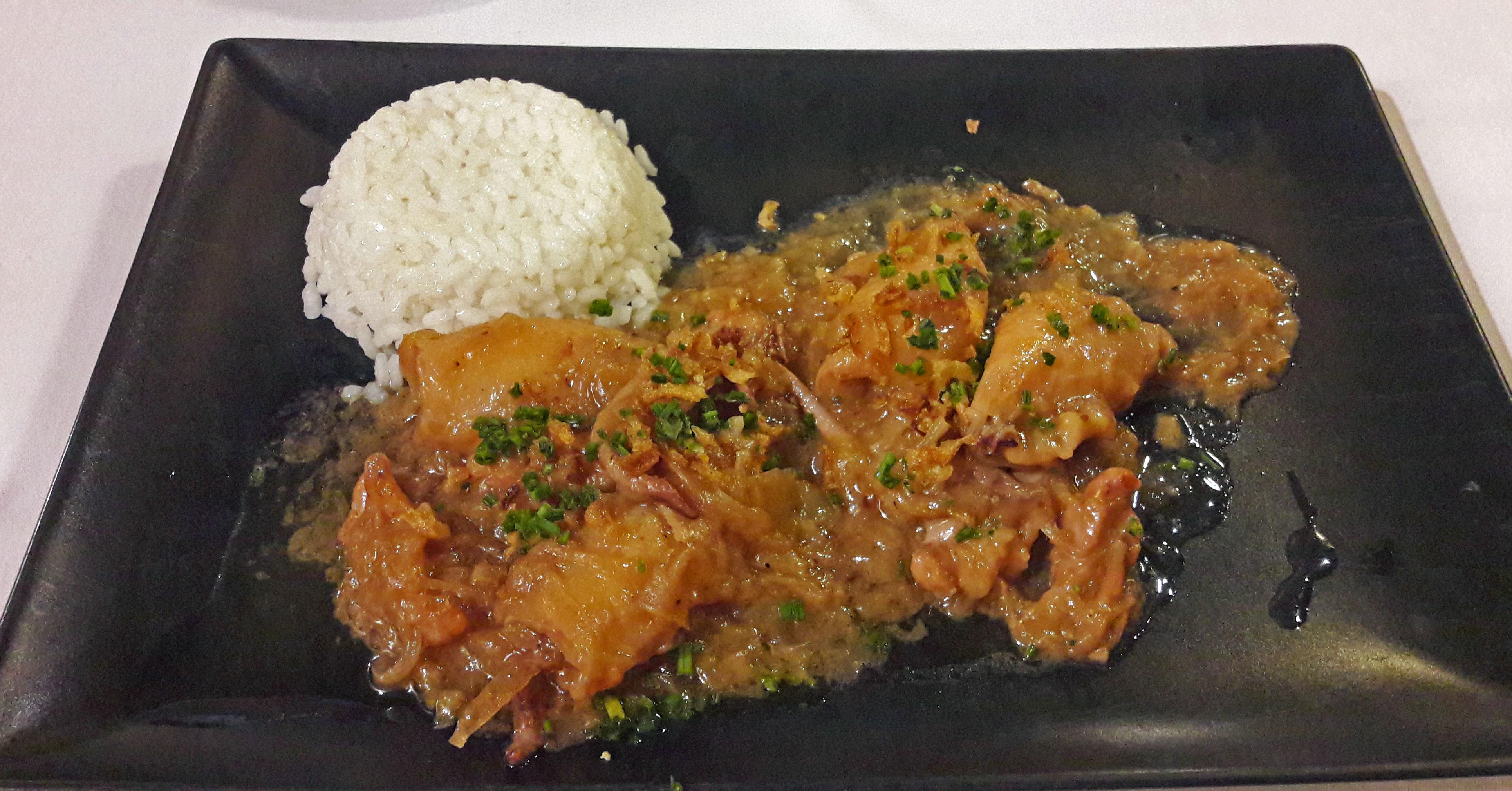 La Nansa Calamares con cebolla confitada, Malvasia de Sitges y arroz blanco