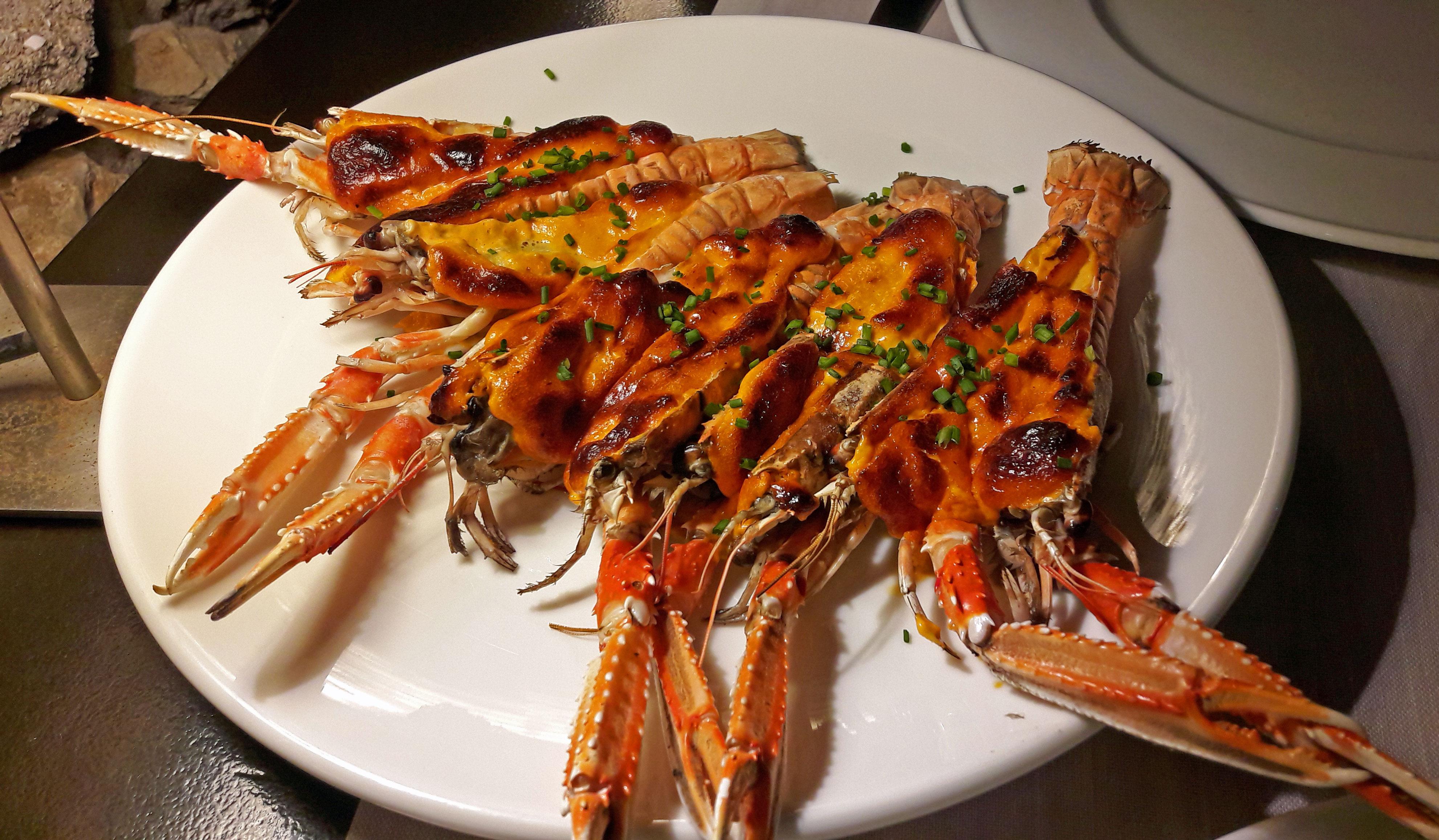 Restaurante Fragata Cigalas gratinadas, muselina suave de ajos y aceite de piquillos