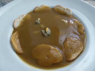 Sopa tradicional de pescado del mediterráneo