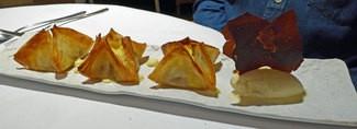 """Postre : """"Farcellets"""" de manzana al horno, (saquitos de pasta filo, rellenos de crema,  manzana y canela con helado de crema catalana)"""