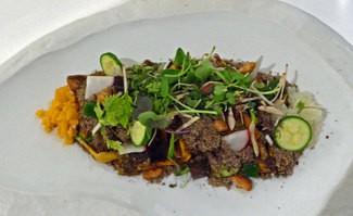 Ensalada de setas de otoño, boniato asado, verduritas, hierbas y arena de setas