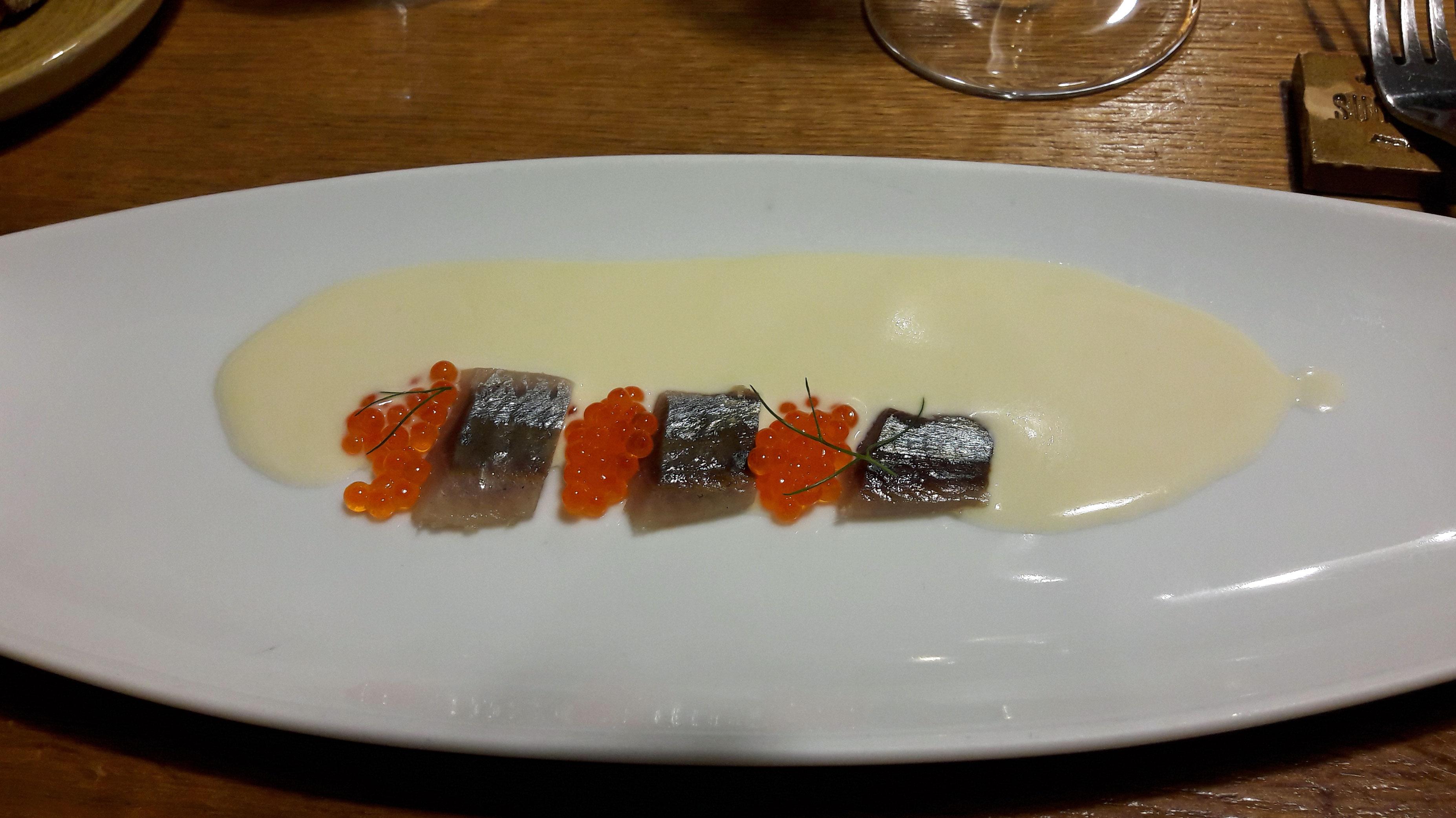 Suculent Ajoblanco con sardina ahumada y huevas de trucha.