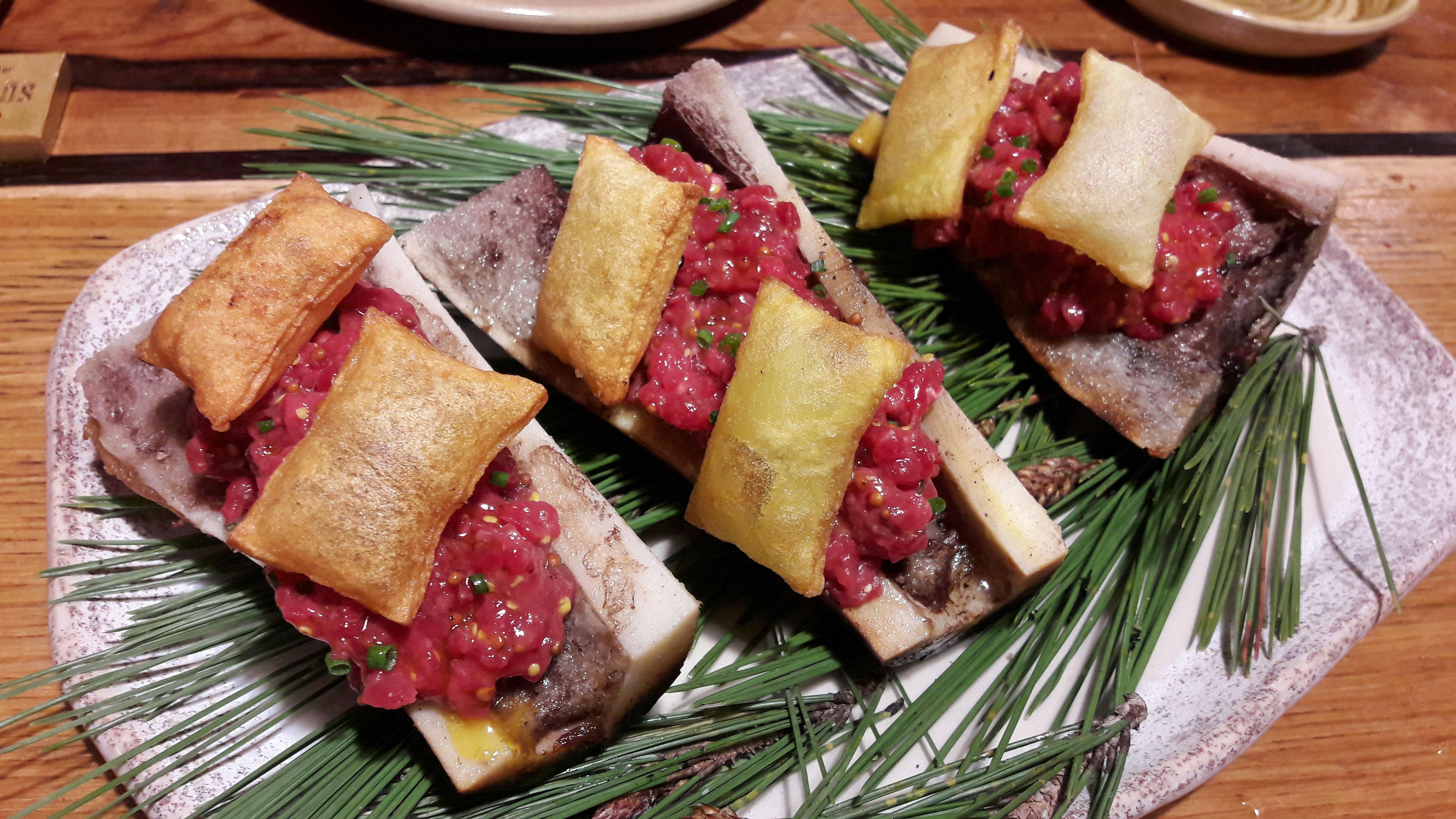 Restaurante Suculent Steak tartar templado sobre tuétano a la brasa y patatas soufflés y tobiko