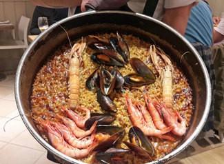 Paella con cigalas y gambitas de la Barceloneta, mejillones y sepia