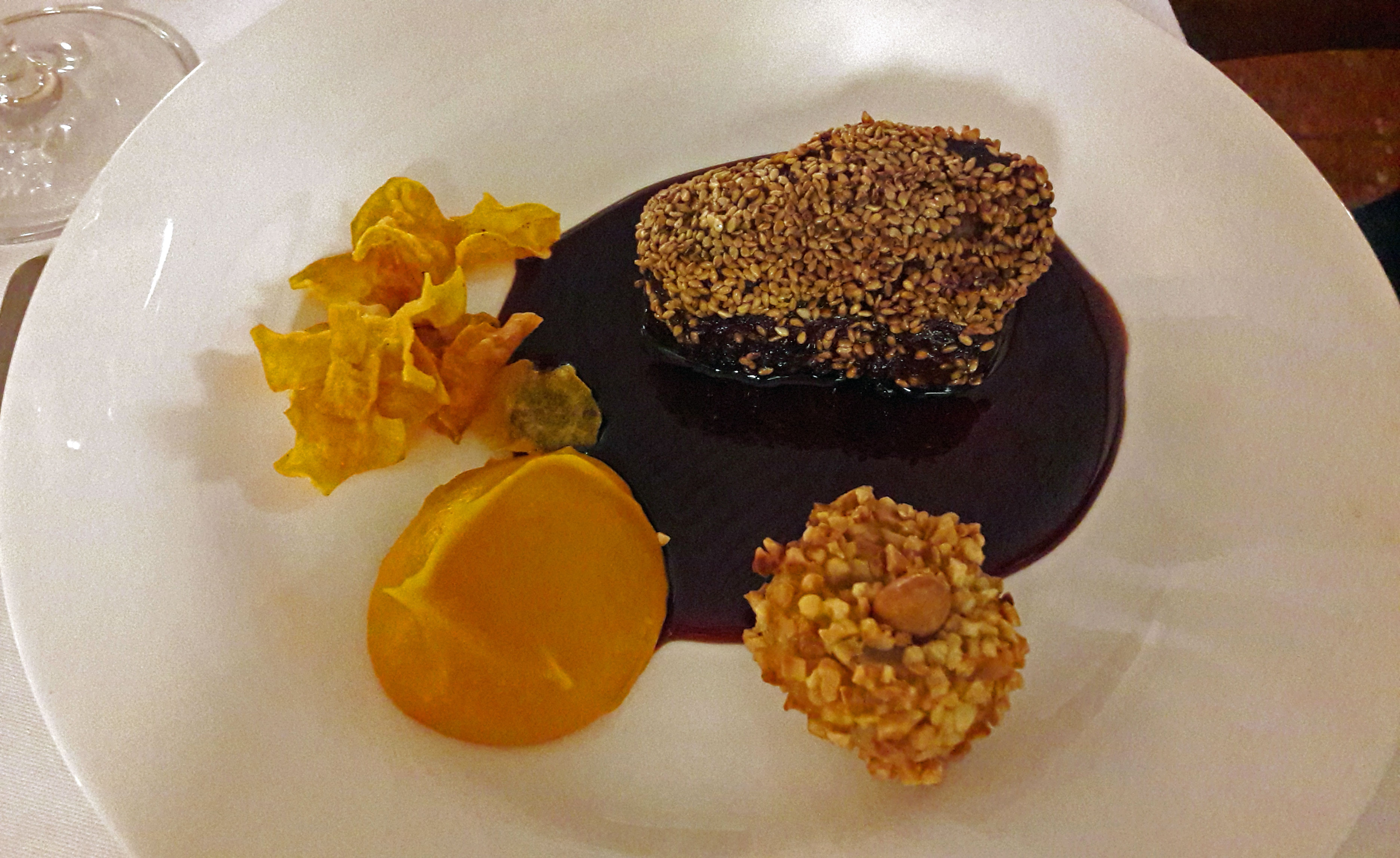 Restaurante en Figueres Medallón de ciervo, salsa de vino tinto al sésamo, Puré de boniato.