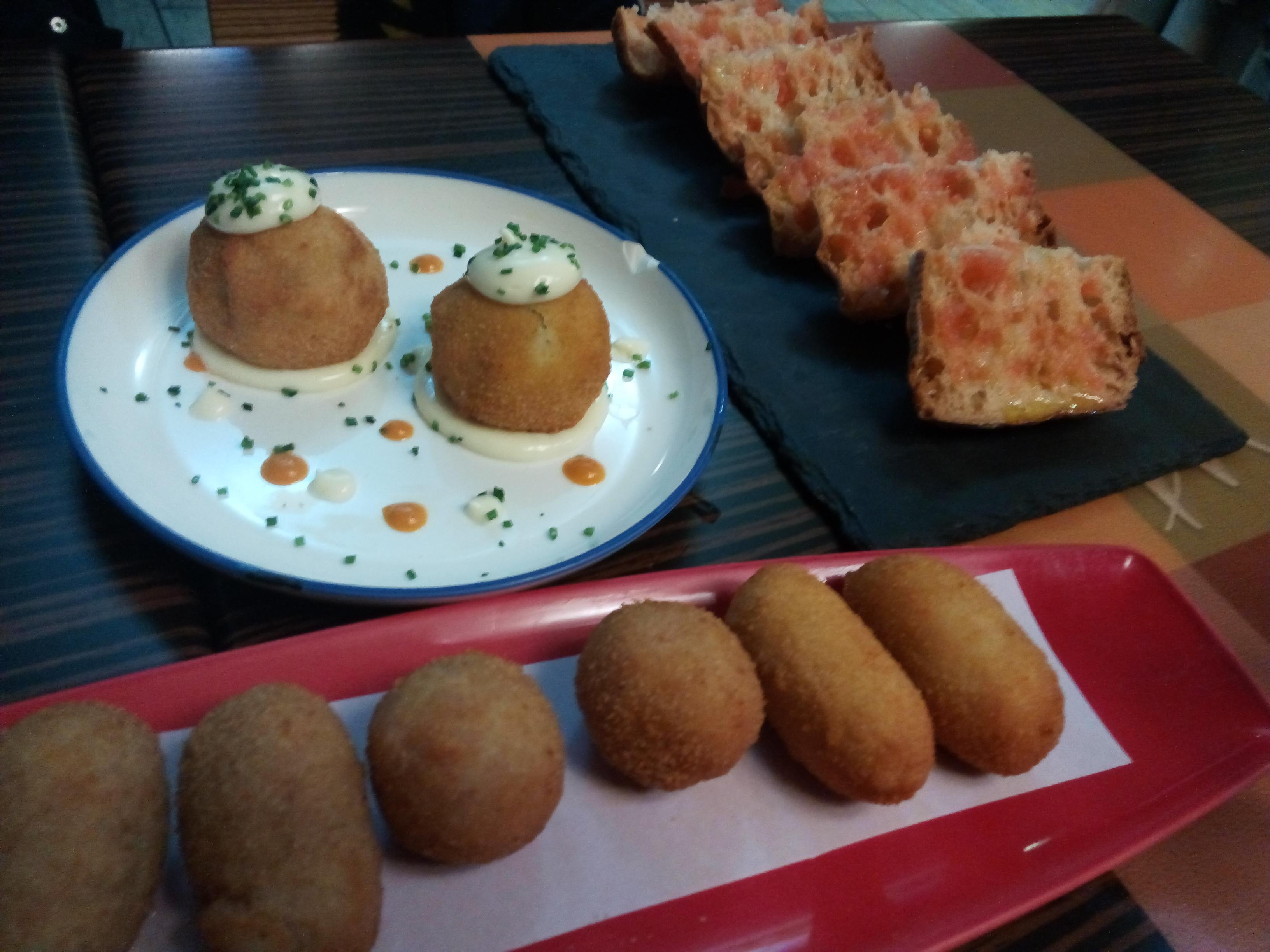 Restaurante Sant Marti Croquetas, bombas de la Barceloneta y pan de coca