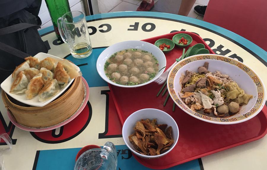 Tai Wha La comida en la mesa