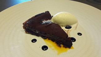Guifré : Pastel de chocolate clásico, salsa de cacao, fruta de la pasión y helado de vainilla.