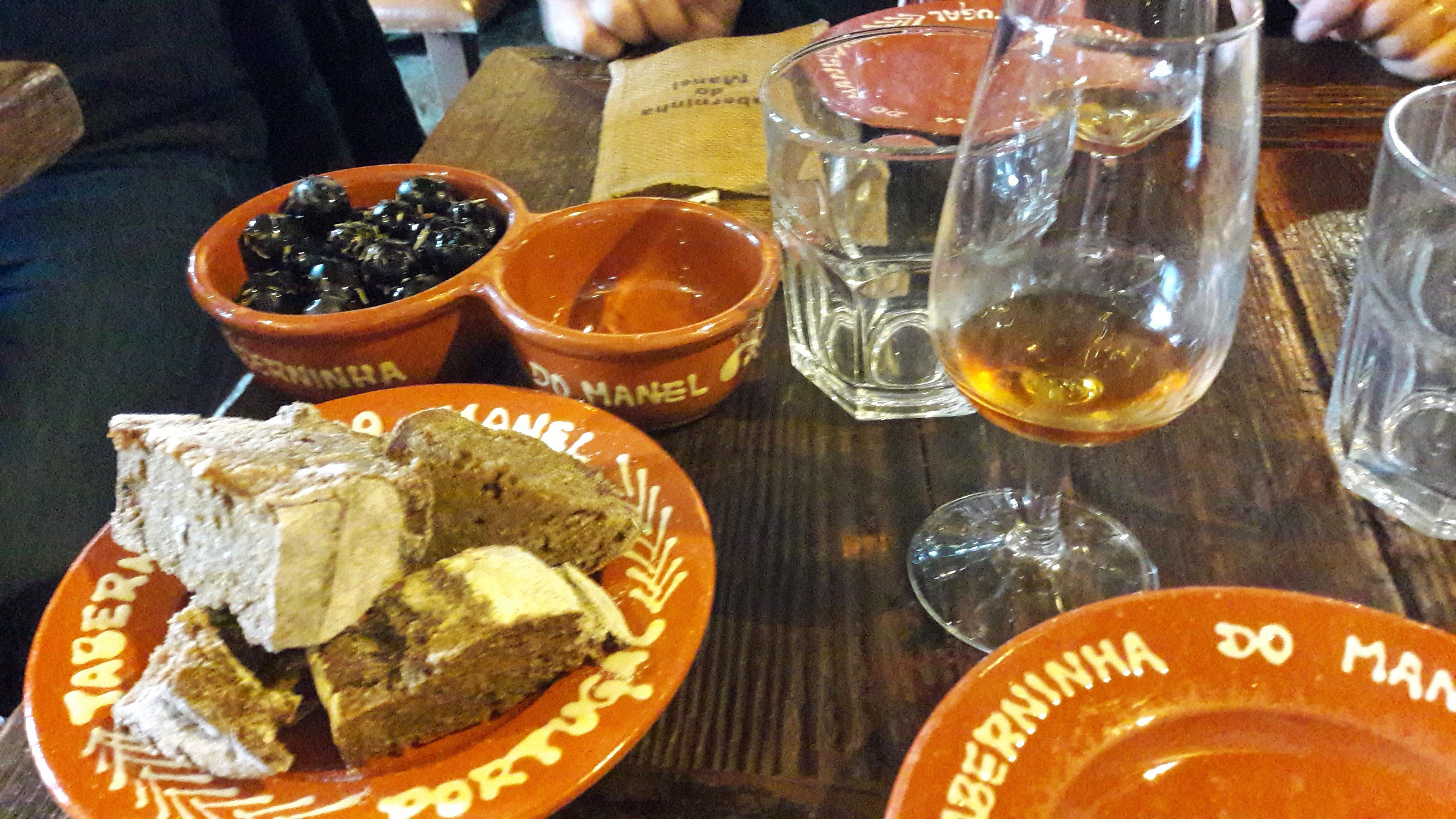 Taberninha do Manel Olivas negras y pan de algarroba con nueces