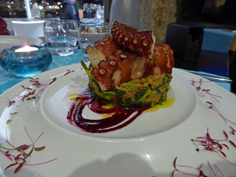 Restaurante Vinhas d'Alho Pulpo a la brasa con romero, con migas sueltas de grelos.