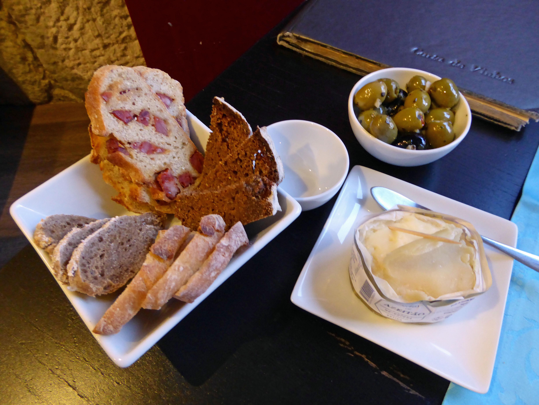Vinhas d'Alho Pan variado (4 clases), olivas verdes y un queso de oveja de marca Simoes, queijaria Artesanal DOP Azeitao