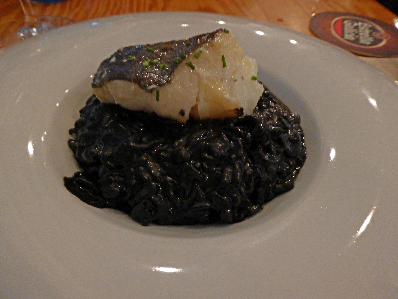 Restaurante en Arrecife (Lanzarote) Bacalao a baja temperatura sobre arroz negro
