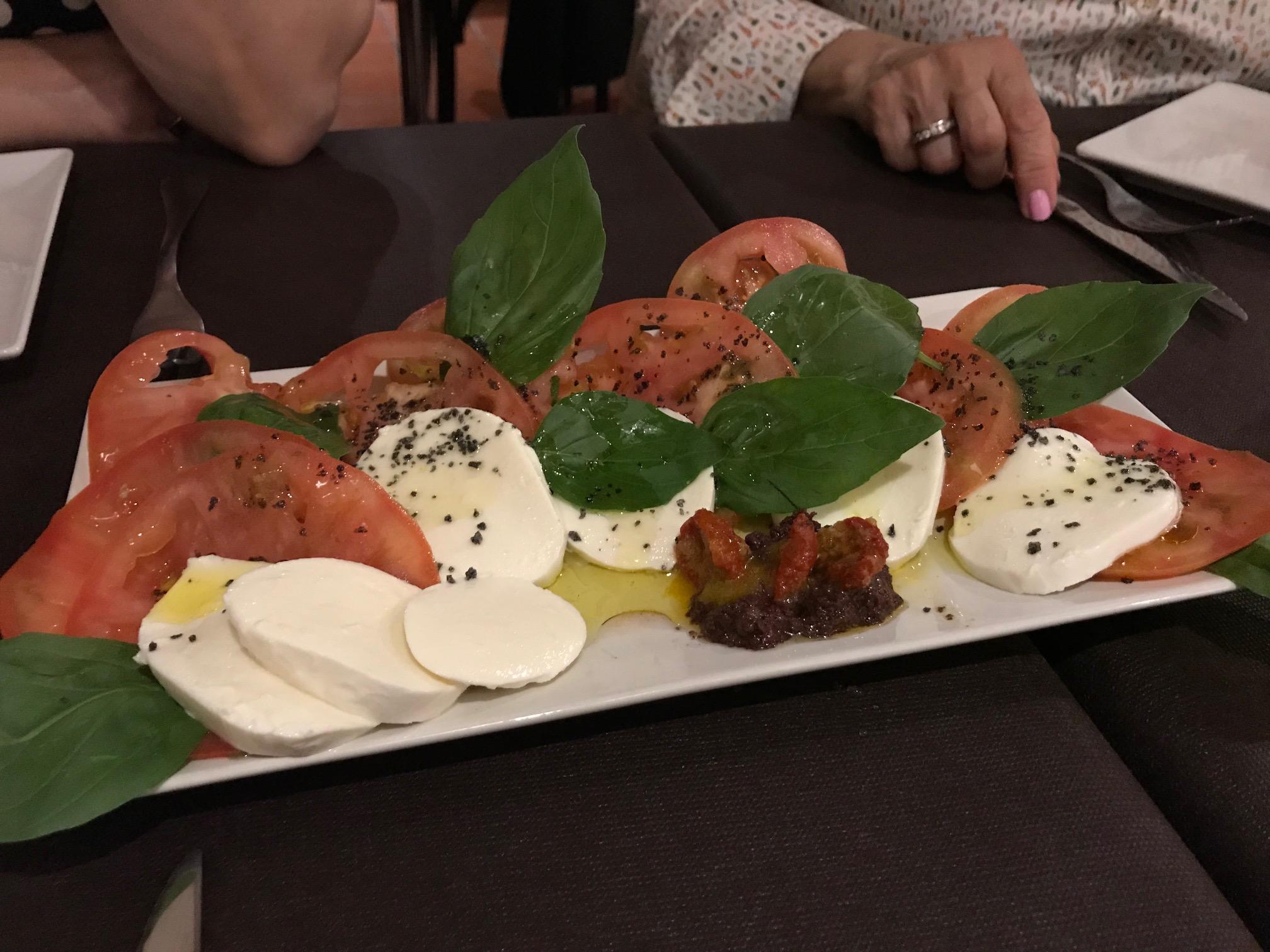 Restaurante La Cantonada Ensalada de mozarella y albahaca.