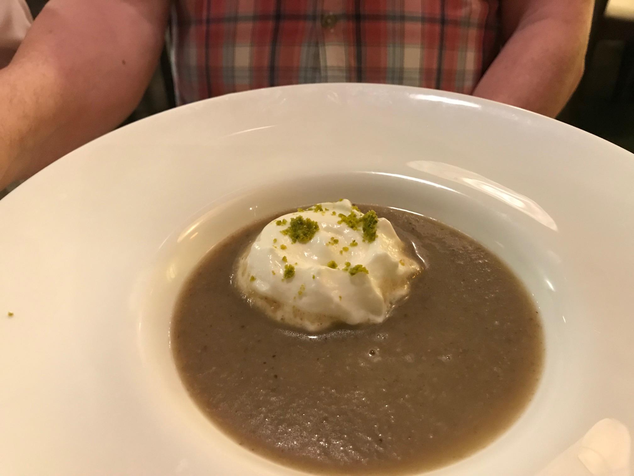 El Boj (Hotel Santa Cristina) en Canfranc Cream de hongos con espuma de requesón.