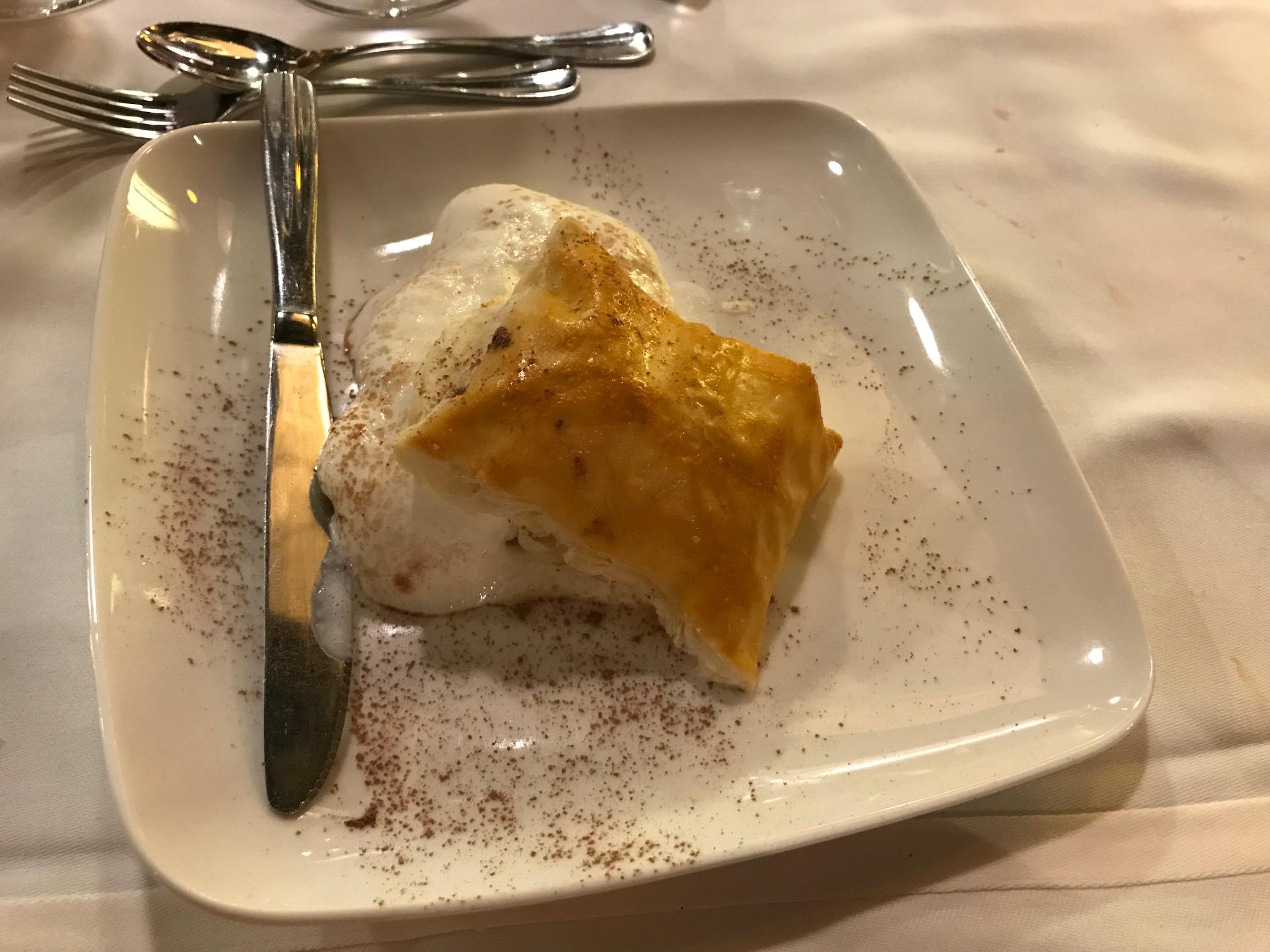 Restaurante El Boj (Hotel Santa Cristina) Hojaldre de cahntilly para chuparse los dedos.