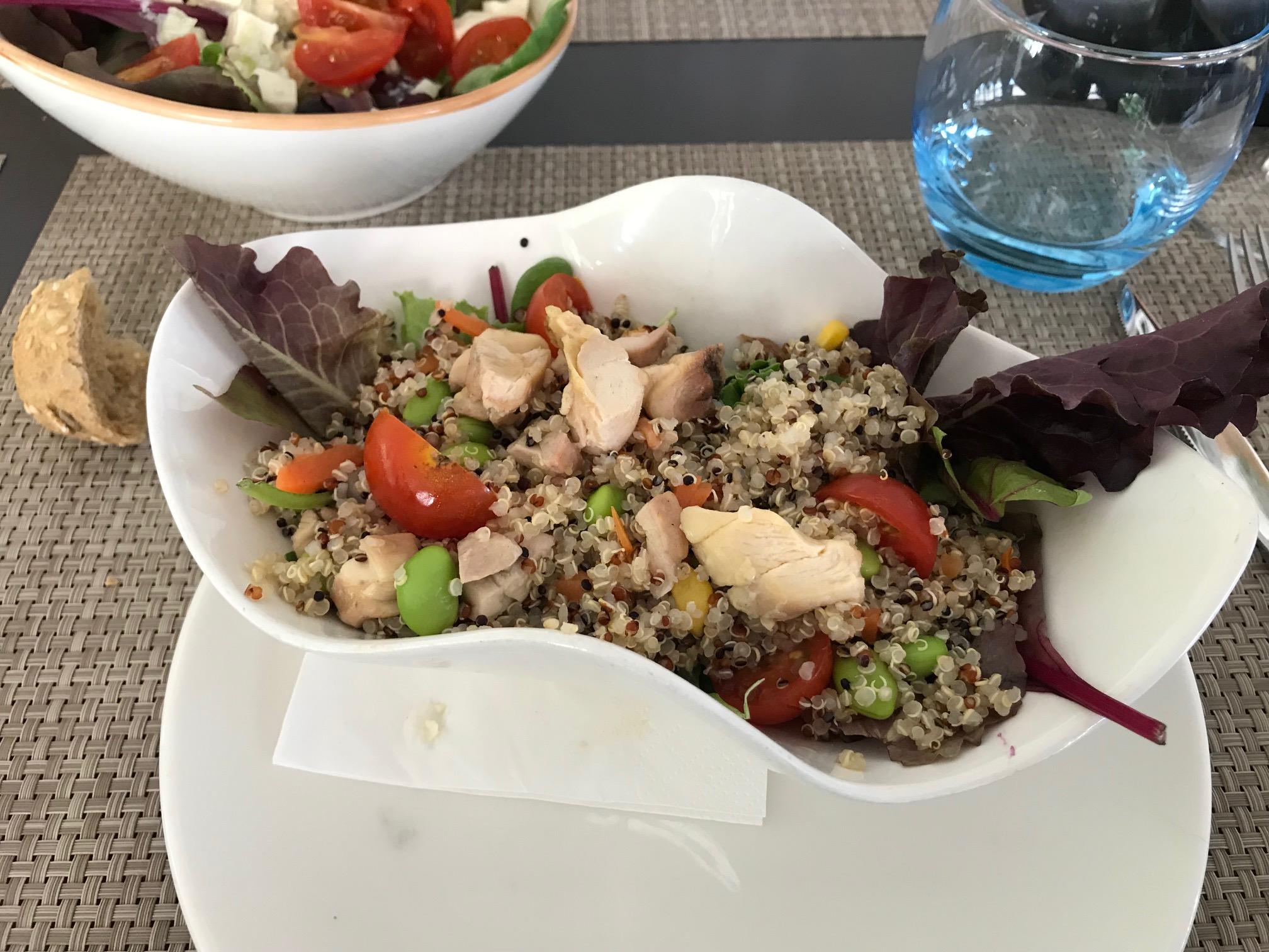 Restaurante en Castelldefels Ensalada de quinoa y pollo.