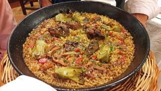 Conejo de monte y alcachofas, arroz en paella