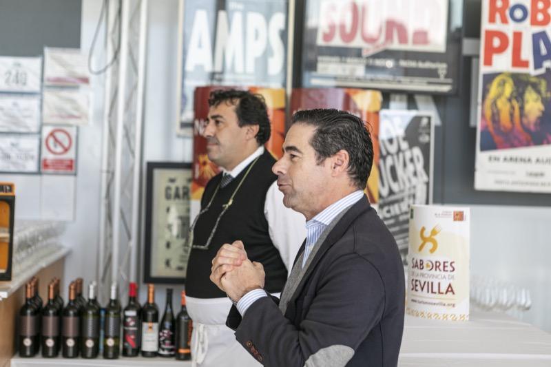 Antonio Luque, presidente de laAsociación de Hosteleros de Sevilla,yÁlvaro Peregil,uno de los taberneros más famosos de Sevilla