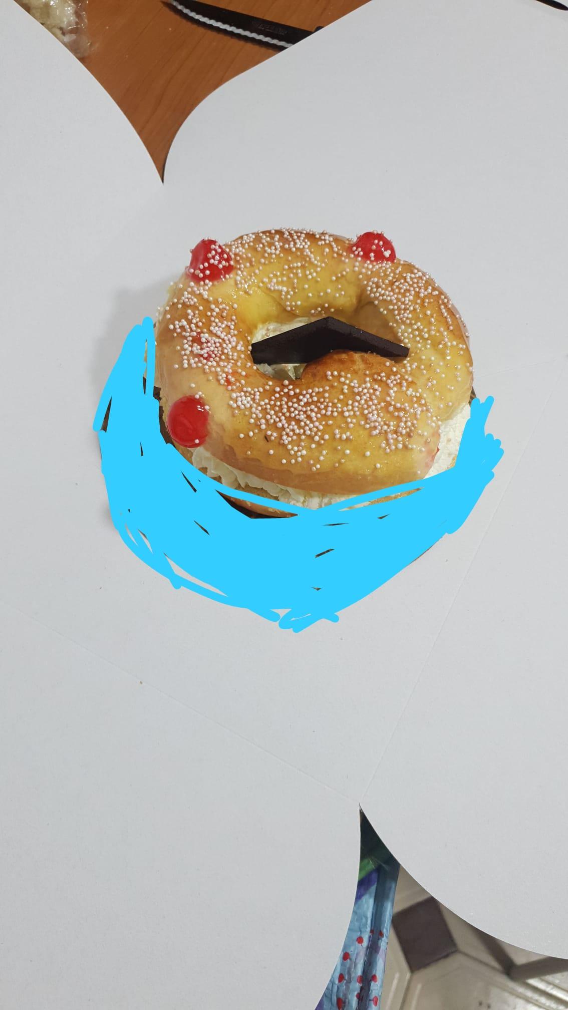 mini roscon con onza de chocolate y perlitas decorativas