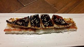 Caballa laqueda con arroz sushi