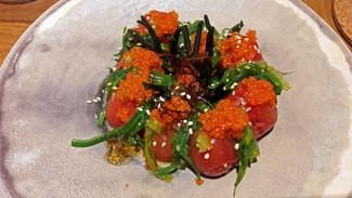 Ensalada de tomatitos con algas frescas