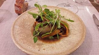 Cebollas rellenas de rustido con salsa de setas