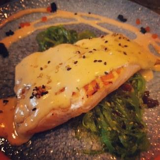 Salmón a la plancha sobre Wakame con mayonesa de Kimchi